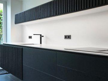 zwarte keuken wit blad